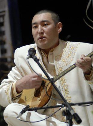 Дәулеткерей Кәпұлының Астанада өткен V Дүниежүзілік қазақ құрылтайында оқыған рухты жыры